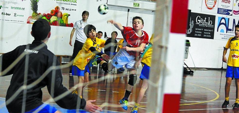 El polideportivo acoge hasta el jueves el Campus de Balonmano del UKE