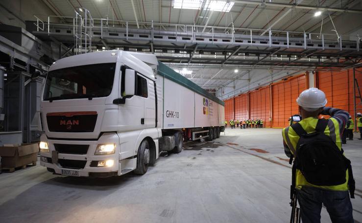 Los pimeros camiones con basura llegan al complejo medioambiental de Zubieta