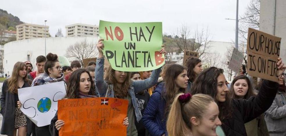 Manifestación en Donostia para recordar a los votantes el problema del cambio climático