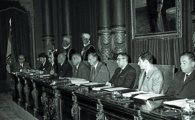 1964   El público del Pleno, «como en las sesiones continuas de cine»