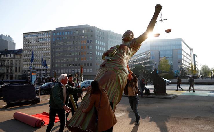 La estatua de la justicia, como protesta