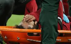 Salah se retira en camilla a tres días del partido con el Barça