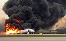 Asciende a 41 la cifra de muertos por el incendio de un avión cuando aterrizaba en Moscú