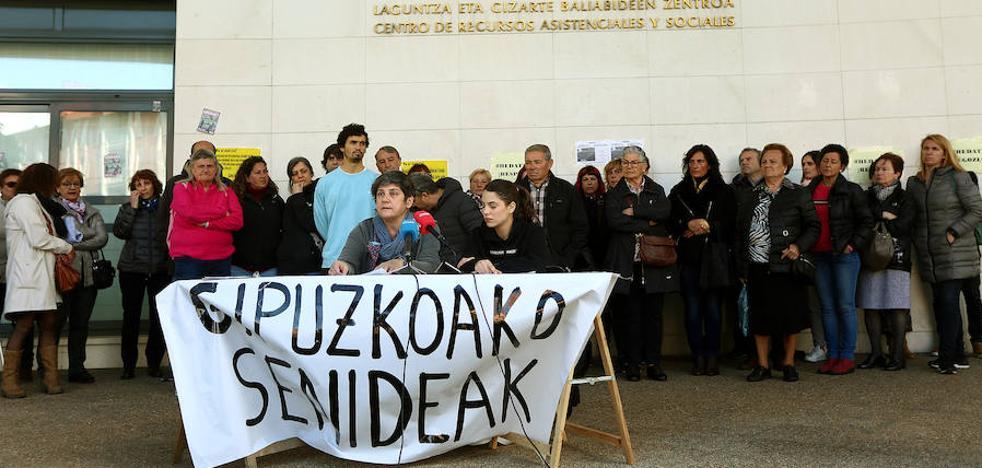 Familiares exigen a la Diputación que solucione el conflicto de las residencias