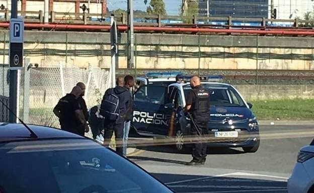 La Policía intercepta a un grupo de migrantes en la frontera./DE LA HERA