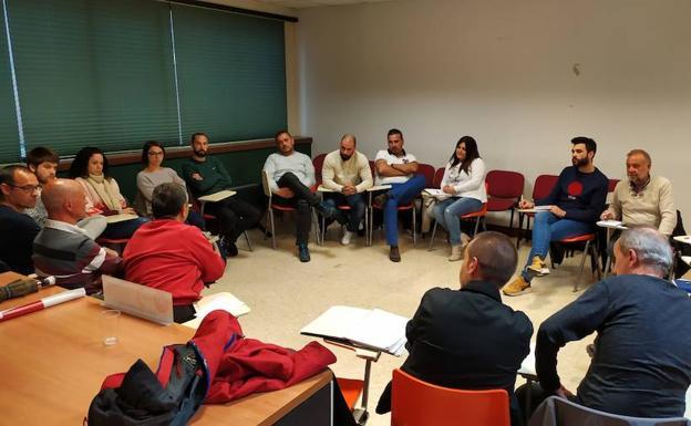 Reunión de los 20 delegados de las ITV vascas que se celebró ayer en Bilbao para preparar la cita del día 31 con el Gobierno Vasco./