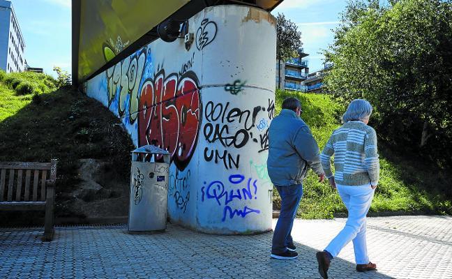 Pintadas en los pilares de la pasarela