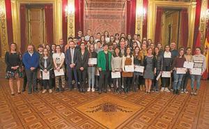 Alumnos de Toki Ona recogen sus diplomas del programa 'Jakin-mina'