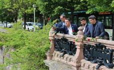 El PSE de Gipuzkoa lanza rosas rojas al Urumea como homenaje a Rubalcaba