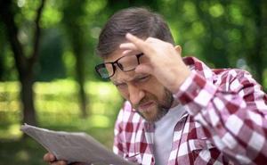 Alejar el papel para leer es un síntoma de vista cansada, pero no es el único