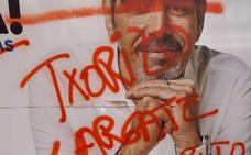 Pintadas con insultos en los carteles electorales de Goia