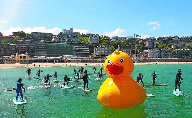 Un pato solidario, en la bahía donostiarra
