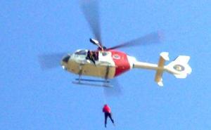 El helicóptero de la Ertzaintza rescata a una mujer herida en Ulia
