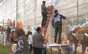 Fantástico mural en el polideportivo sobre la cultura del caserío