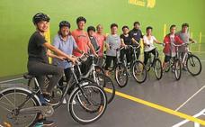 Organizan cursos para que los adultos aprendan a andar en bici