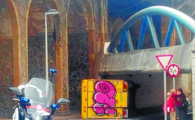 Otro camión atascado en el pasadizo del viaducto Iztueta, en Donostia