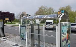 Dbus instala paneles informativos solares