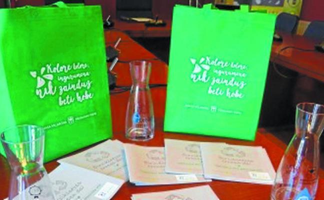 El Ayuntamiento distribuirá jarras de agua en sociedades y bares para reducir el plástico