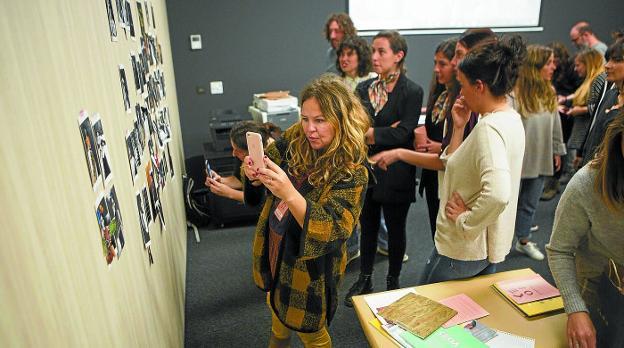 El taller de collage de Susana Blasco usó el material del taller fotográfico de la víspera y aportó la materia prima para el de fanzines de hoy./