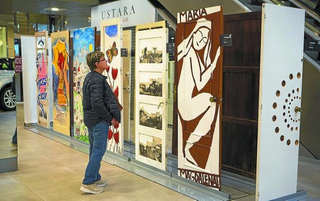 Con mensaje. Las 47 puertas están distribuidas por todo el Centro Comercial Mendibil. / F. DE LA HERA