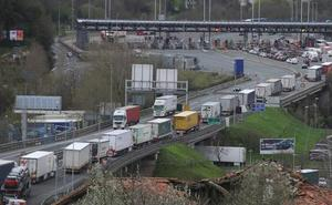 Los transportistas denuncian el «colapso permanente» en Biriatou por los «controles injustificables» de Francia