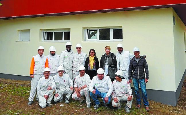 Alumnos de EAGI rehabilitan la fachada de Sasoeta ikastetxea energéticamente