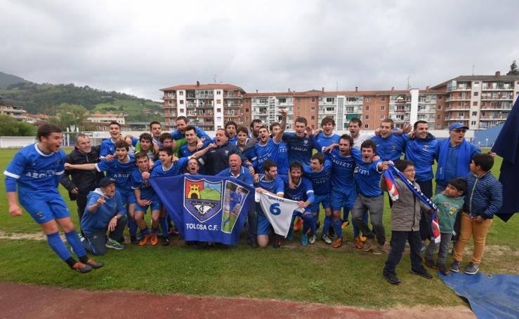 El Tolosa CF celebra su subida a tercera
