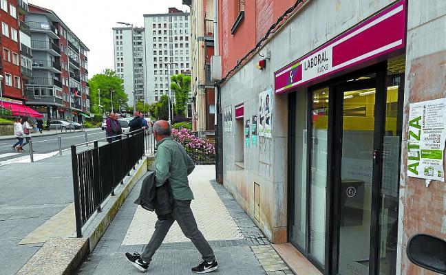 Atraca una caja de ahorros en Donostia con un cuchillo y se lleva 3.000 euros