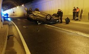 Cinco heridos en un choque frontal de dos vehículos en un túnel en Eibar