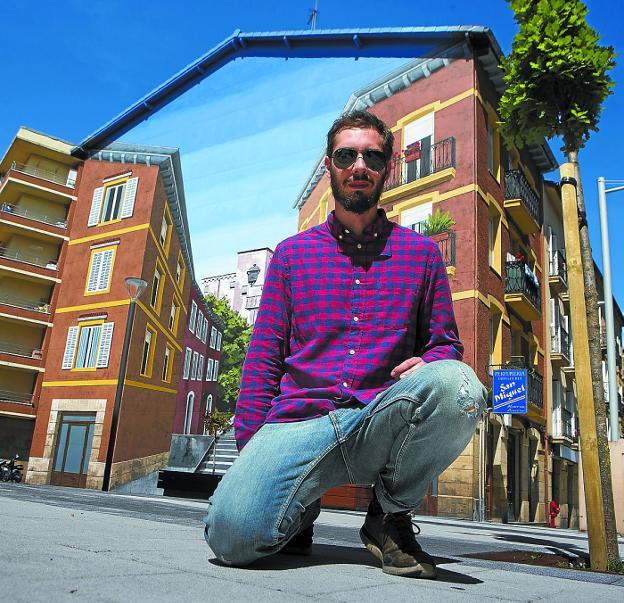 Luis Olaso, ante el mural que han pintado él y Óscar Martín en la plaza San Miguel./F. DE LA HERA