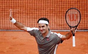 Federer gana sin apuros en su regreso