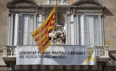 Torra vuelve a colgar el lazo y la pancarta a favor de los presos en el Palau de la Generalitat