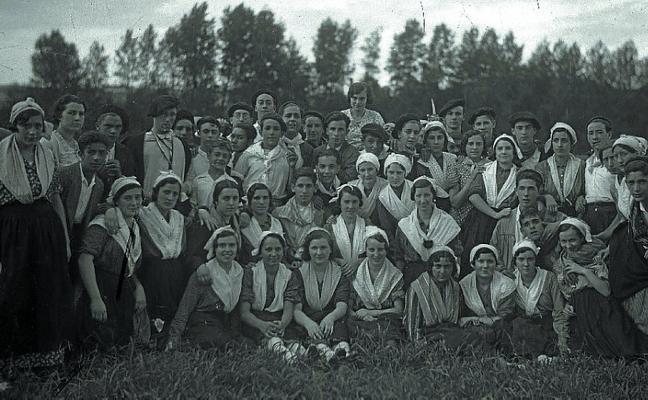 1954   Acordeón y baile a lo suelto en las animadas romerías de Loyola