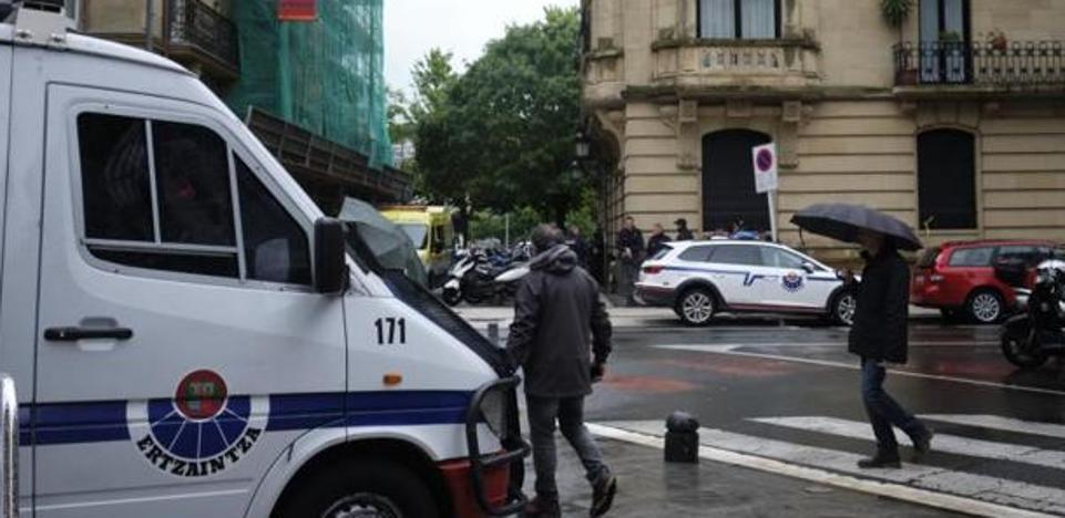 Concentración para denunciar la actuación policial en el edificio ocupado de Moraza