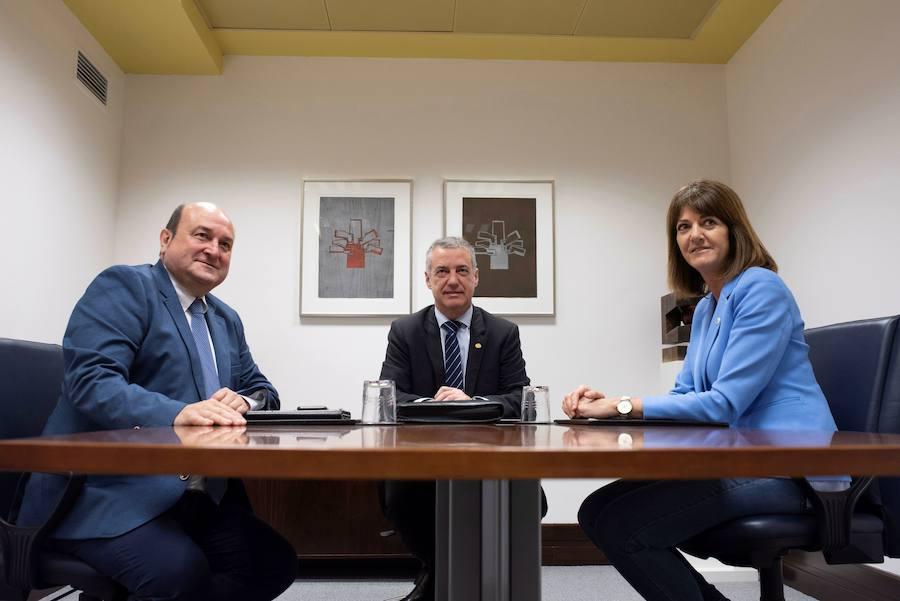 PNV y PSE renuevan su coalición para dar «estabilidad» a diputaciones y ayuntamientos