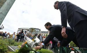 Una ofrenda floral para recordar a las víctimas del terrorismo