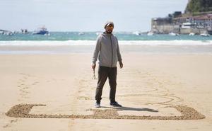 «Soy mimo, director de cine y escribo palabras en la arena, envuelto en silencios»