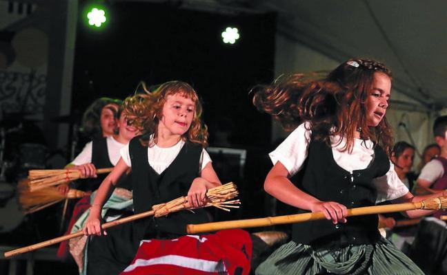 Exhibición de los dantzaris de Musika Eskola, hoy en la Plaza