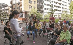 Acto de bienvenida en la plaza Erribera para los nuevos residentes en Astigarraga