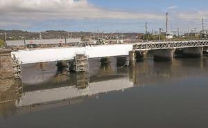 Dos enormes vigas sustentan el puente Avenida en Irun durante su reparación