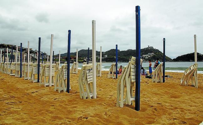Los parasoles completan hoy los servicios de las playas, con una ocupación de inicio del 92,5%