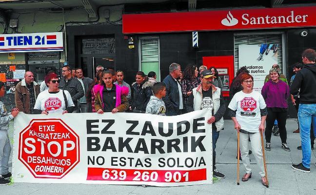 Se concentran ante el Banco Santander para evitar el desahucio de una familia
