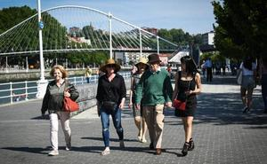 Woddy Allen se pasea por Bilbao antes de su concierto en el Euskalduna