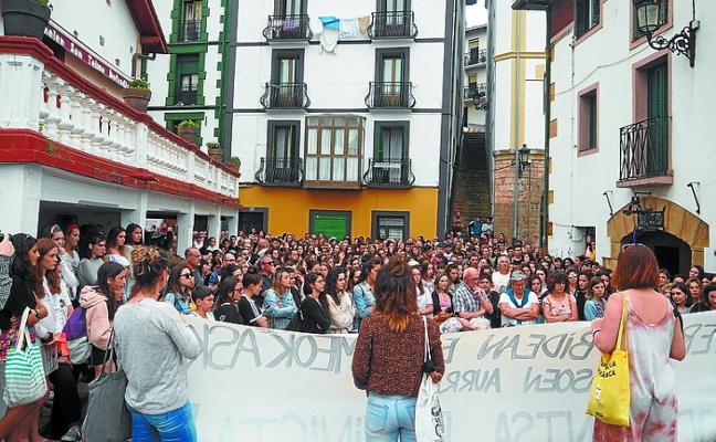 Multitudinaria manifestación en repulsa por el ataque a dos mujeres