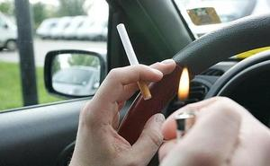 La DGT no multará por fumar en el coche, aunque alerta de que es «peligrosísimo»