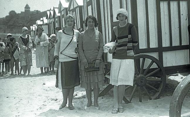 1929 | Tras el baño, espera para vestirse por el colapso de las cabinas