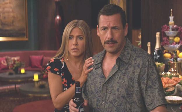 Jennifer Aniston y Adam Sandler en 'Criminales en el mar'./