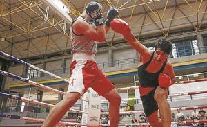 Los combates de boxeo del Hernani Sutan 'incendiaron' el Polideportivo