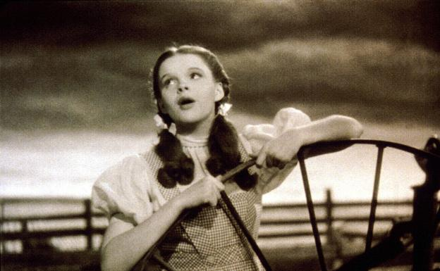 Judy Garland cantando en el corral de su granja la famosa 'Somewher Over the Rainbow'.