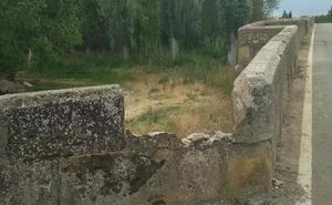 Un tractor rompe a su paso parte de un puente romano leonés
